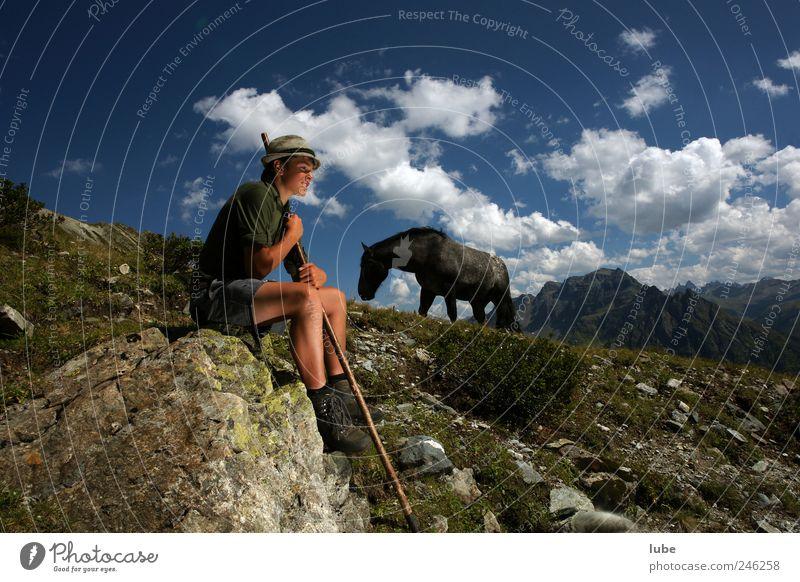 Hirtenjunge Mensch Natur Jugendliche Sommer Wolken ruhig Tier Freiheit Berge u. Gebirge Landschaft Glück Stein Zufriedenheit Horizont Felsen maskulin