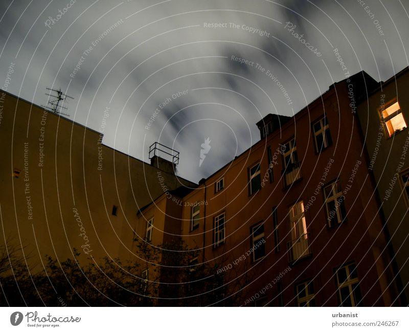 Berlin: Nacht im Hinterhof Stadt Haus dunkel Wand Mauer Gebäude Stimmung Wohnung Fassade schlafen Häusliches Leben gruselig gemütlich Schornstein Surrealismus