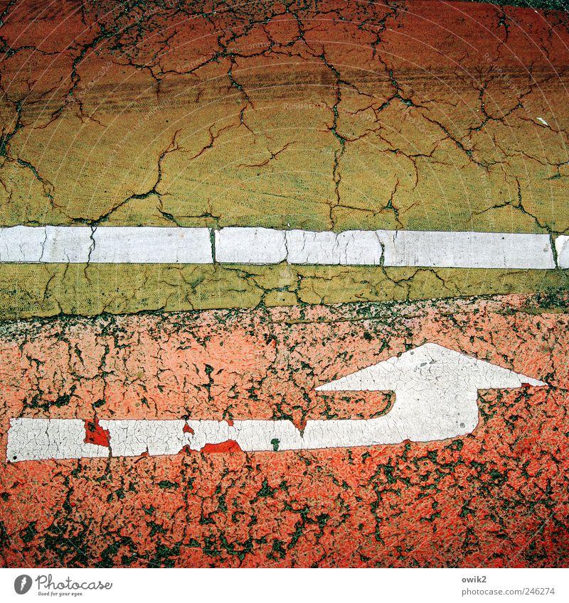 Da lang Straße Wege & Pfade Fahrradweg Asphalt Farbstoff Farbenwelt Zeichen Pfeil Linkspfeil Bewegung fahren ästhetisch außergewöhnlich dreckig elegant nah