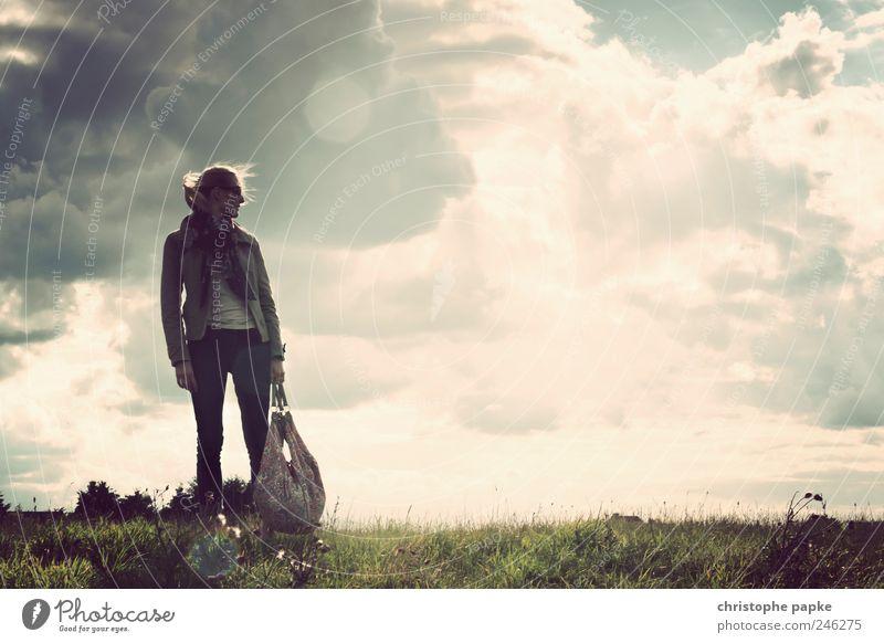 Legend Ferne Freiheit Junge Frau Jugendliche 1 Mensch 18-30 Jahre Erwachsene Umwelt Natur Landschaft Himmel Gewitterwolken Schönes Wetter Unwetter Wind Wiese