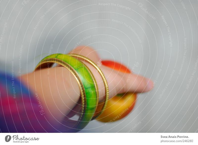 esst mehr äpfel. Mensch Jugendliche Hand feminin Arme Finger einzigartig festhalten Apfel Junge Frau Schmuck Accessoire Armband