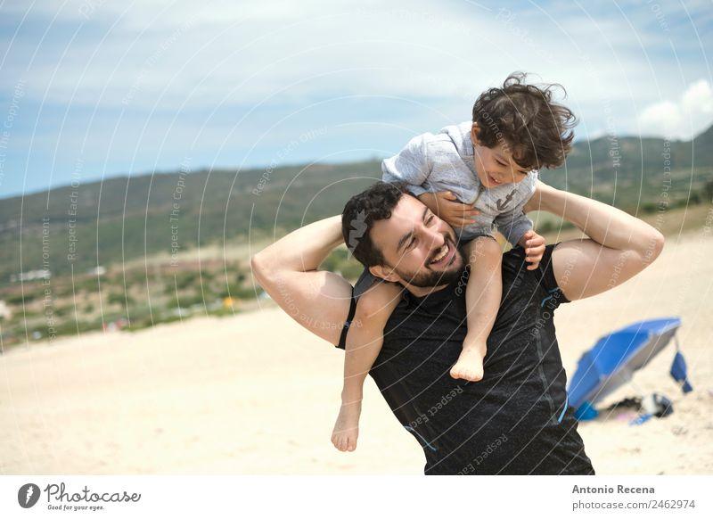 Spielen am Strand Sommer Kind Baby Junge Mann Erwachsene Eltern Vater 2 Mensch 1-3 Jahre Kleinkind 30-45 Jahre Liebe tragen lustig niedlich Partnerschaft Sohn