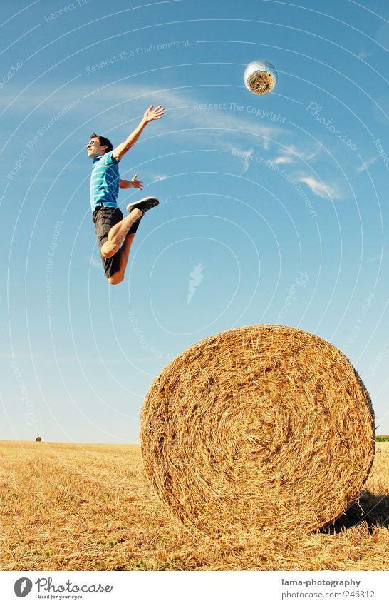 SCHWERELOS Sommer Erfolg Mensch maskulin Junger Mann Jugendliche Leben 18-30 Jahre Erwachsene Sonnenlicht Schönes Wetter Strohballen fliegen springen frei