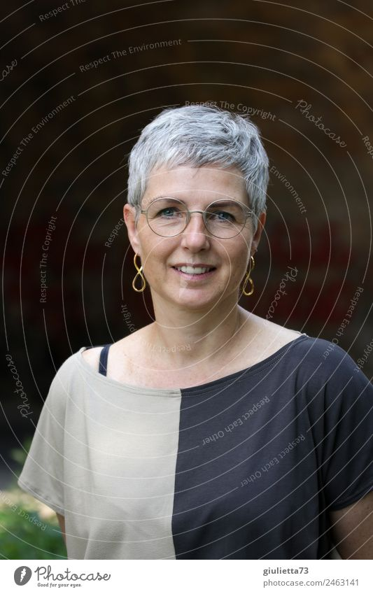 Jung geblieben | UT Dresden | Wunderschöne, attraktive Frau mit stylisch, kurzen, grauen Haaren feminin Erwachsene Weiblicher Senior Leben 1 Mensch 45-60 Jahre
