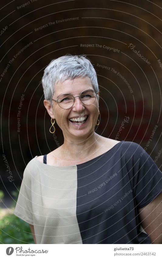 zeitlos schön | UT Dresden feminin Frau Erwachsene Senior Leben 1 Mensch 45-60 Jahre Ohrringe Brille grauhaarig kurzhaarig lachen Fröhlichkeit Glück lustig