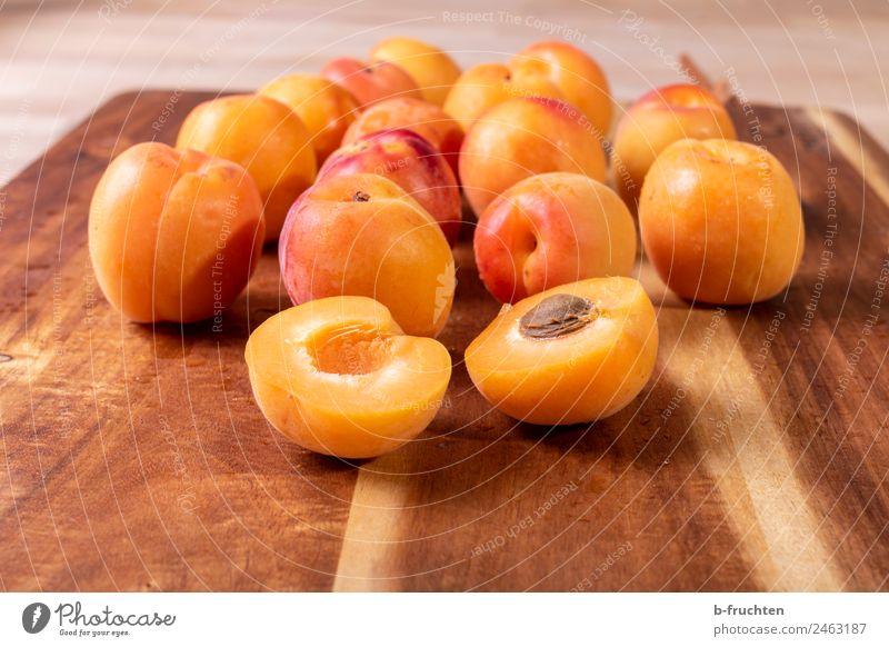 Aprikosen Lebensmittel Frucht Bioprodukte frisch Gesundheit Marille viele Schneidebrett Essen zubereiten Farbfoto Innenaufnahme Menschenleer Tag