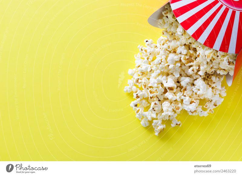 Gestreifte Box mit Popcorn auf gelbem Hintergrund. Kopierbereich Lebensmittel Ernährung Essen Bioprodukte Vegetarische Ernährung Fastfood Fingerfood rot weiß