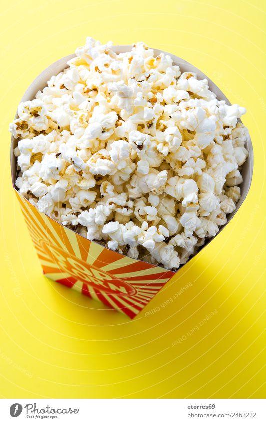 """Gestreifte Box mit Popcorn auf gelbem Hintergrund. Lebensmittel Ernährung Essen Fingerfood weiß """"Popcorn Kino Salz Butter Snack Mais lecker vereinzelt gestreift"""