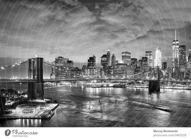 Schwarz-Weiß-Bild des New Yorker Stadtbildes bei Nacht. Büro Himmel Fluss Hafenstadt Stadtzentrum Skyline Hochhaus Bankgebäude Gebäude Architektur Wahrzeichen