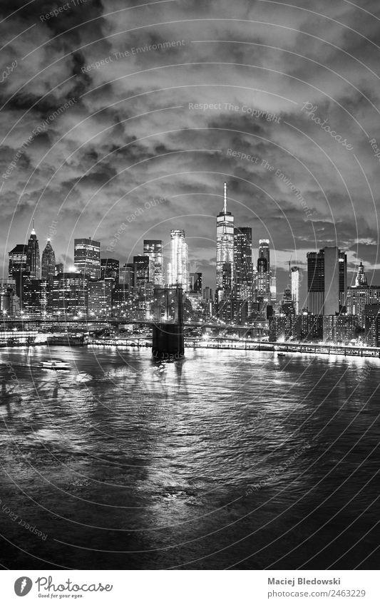 Schwarz-Weiß-Bild des New Yorker Stadtbildes bei Nacht. Büro Himmel Fluss Stadtzentrum Skyline Hochhaus Brücke Gebäude Architektur Sehenswürdigkeit Wahrzeichen