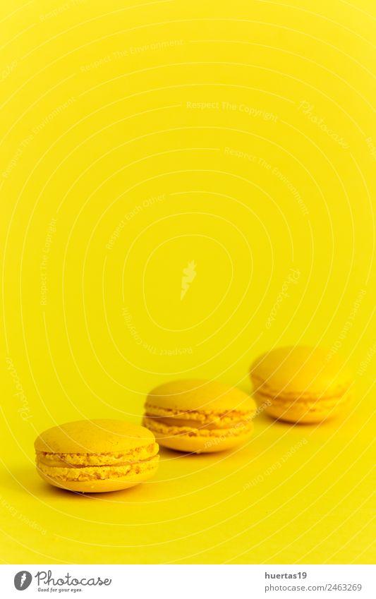 Süße Makronen mit gelbem Hintergrund Lebensmittel Kuchen Dessert Süßwaren Ernährung Frühstück Festessen Kunst Künstler Fröhlichkeit Appetit & Hunger Farbe