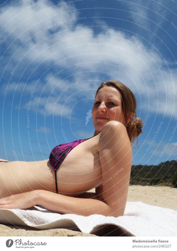 Urlaubsfeeling Sommer Sommerurlaub Sonnenbad Strand feminin Junge Frau Jugendliche 1 Mensch 18-30 Jahre Erwachsene Bikini Handtuch blau violett weiß