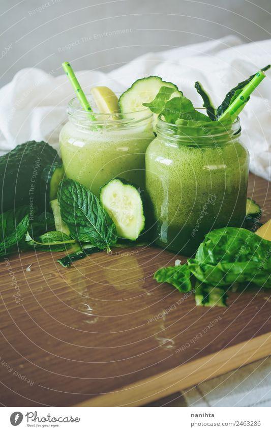 Gesunde und entgiftende grüne Smoothies Lebensmittel Gemüse Frucht Apfel Gurke Minze Spinat Ernährung Essen Bioprodukte Vegetarische Ernährung Diät Getränk