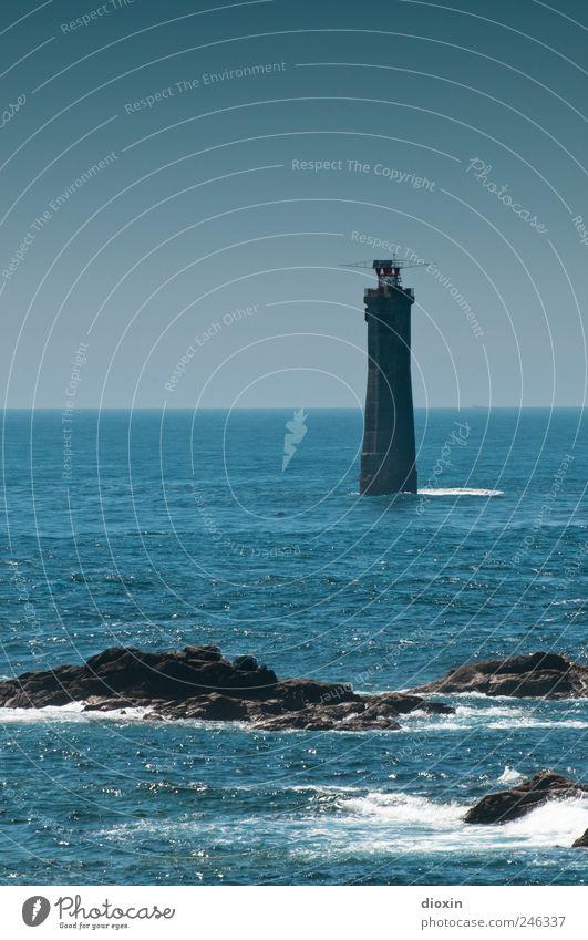 Phare de Nividic Ferien & Urlaub & Reisen Tourismus Ausflug Ferne Sightseeing Meer Insel Wellen Himmel Wolkenloser Himmel Felsen Küste Atlantik Turm Leuchtturm