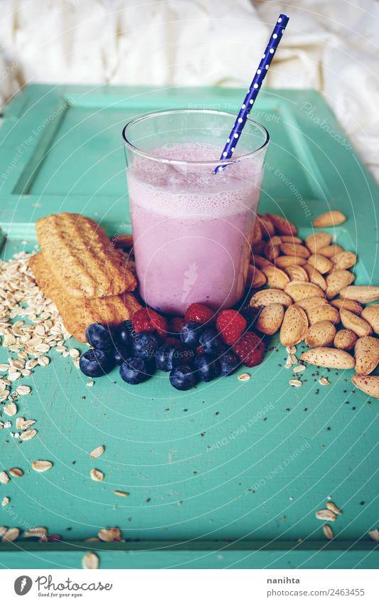 Frühstück mit Beeren-Smoothie, Beeren und Getreide Lebensmittel Frucht Teigwaren Backwaren Mandel Hafer Haferflocken Plätzchen Ernährung Essen Bioprodukte