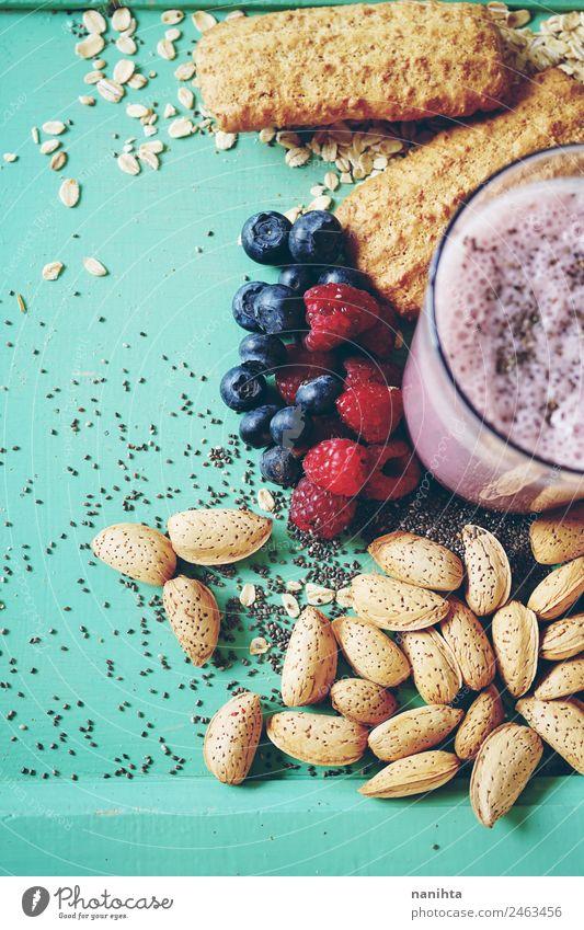 Gesunder Smoothie mit Getreide und Beeren Lebensmittel Milcherzeugnisse Frucht Plätzchen Mandel Hafer Blaubeeren Himbeeren Ernährung Essen Frühstück