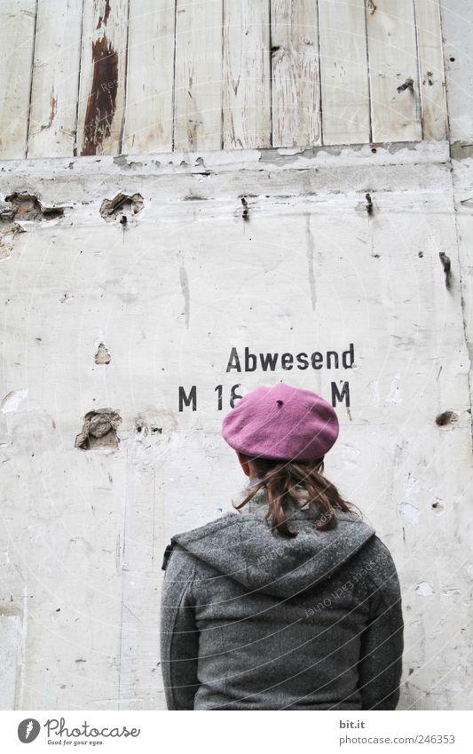 mit dem Gesicht zur Wand Mensch Frau Jugendliche Erwachsene Wand Holz Junge Frau Mauer Rücken Fassade Bekleidung Schutz Jacke Mütze verstecken drehen