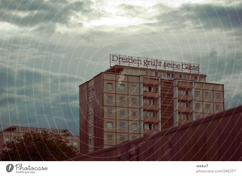 Gastfreundschaft Stadt Hochhaus Mauer Wand Fassade retro trist blau grau Verfall Vergangenheit Häusliches Leben Dresden Neubau Plattenbau Logo Leuchtreklame