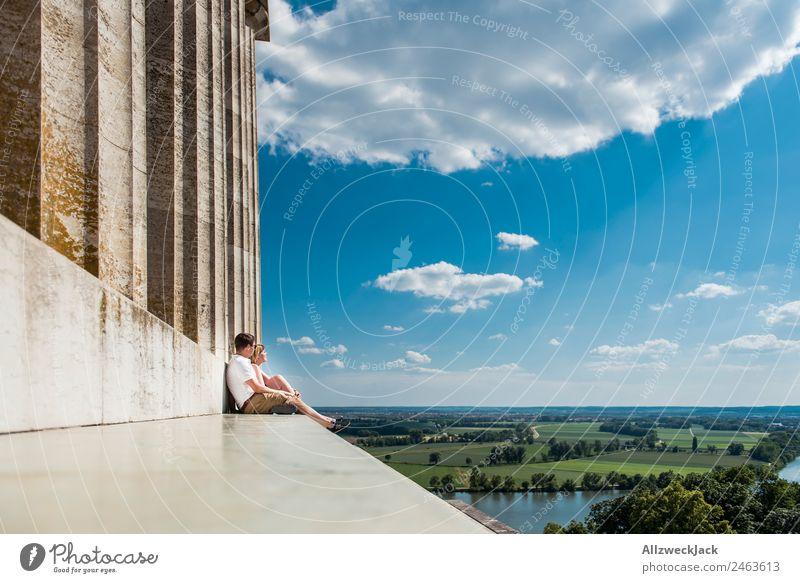 Pärchen sitzt Arm in Arm und genießt den Ausblick Deutschland Regensburg Walhalla Sehenswürdigkeit Säule Aussicht Ferne Panorama (Aussicht) Donau Schönes Wetter