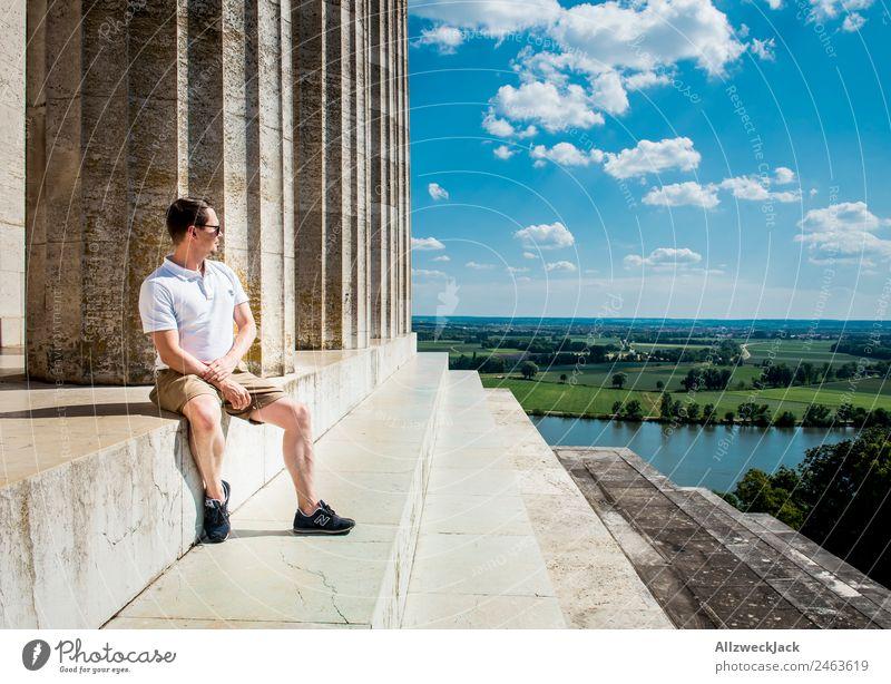 Mannes sitzt am Walhalla und schaut in die Ferne Deutschland Regensburg Sehenswürdigkeit Säule Aussicht Panorama (Aussicht) Donau Schönes Wetter Sommer