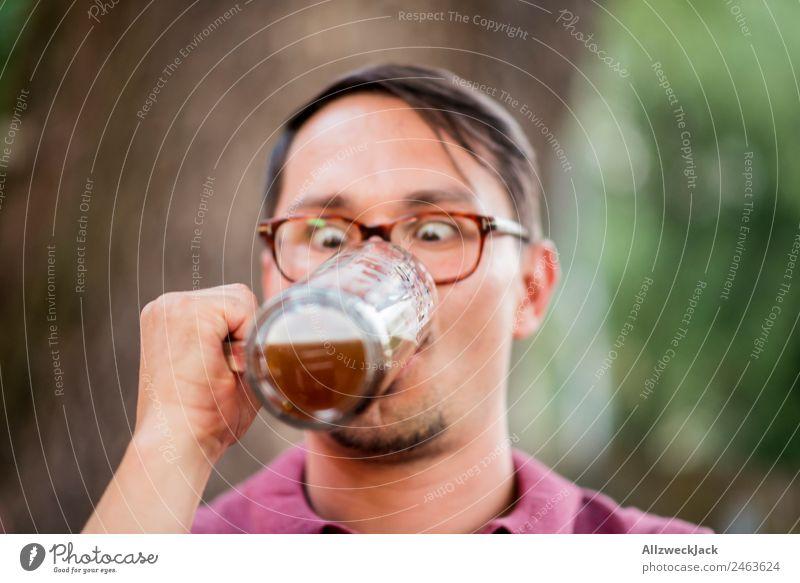 Portrait von einem jungen Mann mit Bierglas in der Hand Porträt 1 Mensch Junger Mann Oberkörper Blick unaufmerksam Wetttrinken Bierkrug Trinkgefäß Alkohol