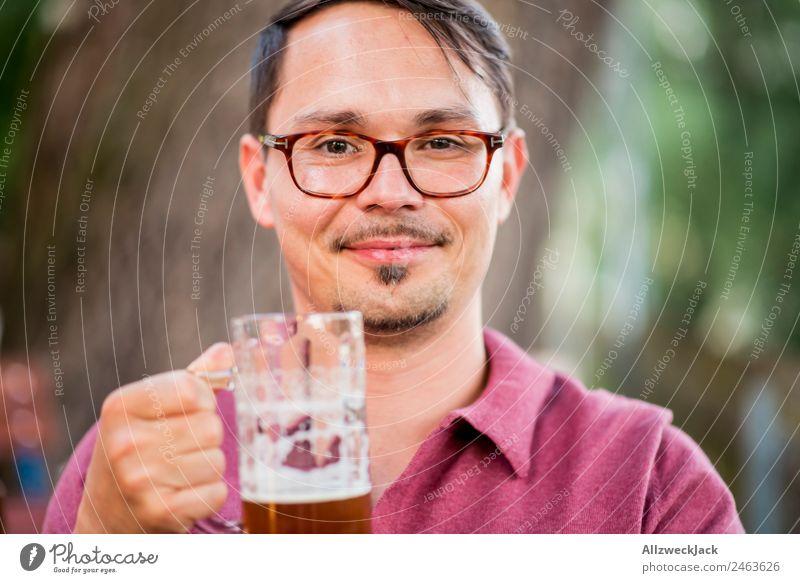 Portrait von einem jungen Mann mit Bierglas in der Hand Porträt 1 Mensch Junger Mann Oberkörper Blick in die Kamera Bierkrug Trinkgefäß trinken Alkohol