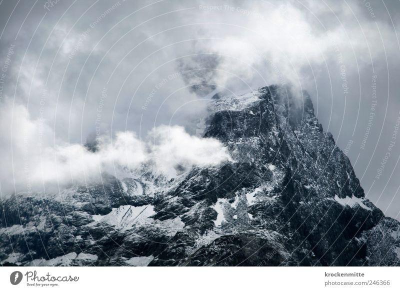 Gipfelsturm blau Wolken dunkel Berge u. Gebirge Landschaft grau Nebel Felsen bedrohlich Klettern Schweiz Alpen Sturm Bergsteigen Dunst