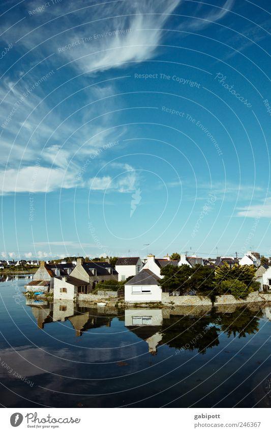 Léchiagat Landschaft Himmel Wolken Sommer Schönes Wetter Küste Bucht Meer Atlantik Hafen Flut Dorf Fischerdorf Hafenstadt Haus Platz Gebäude glänzend blau