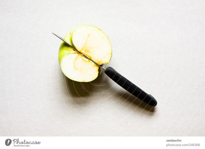 Halber Apfel Lebensmittel Frucht Frühstück Bioprodukte Vegetarische Ernährung Diät Slowfood Messer füttern Gesundheit ausgewogenheit essen geschnitten Snack