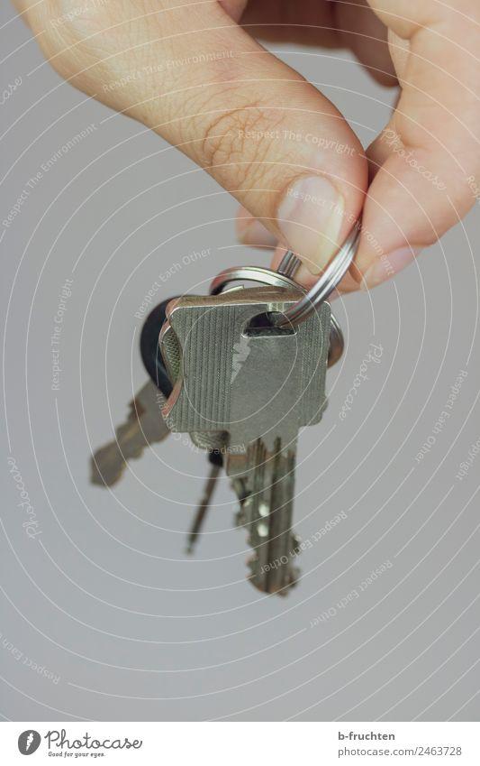 Schlüsselbund Mann Erwachsene Hand Finger wählen gebrauchen festhalten aufmachen Farbfoto Innenaufnahme Nahaufnahme Blick nach unten