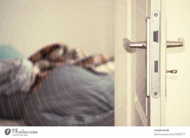 Schlafende Hunde sagen mehr als Worte. ruhig Erholung Stil Stimmung Tür Wohnung Design schlafen Lifestyle Pause Häusliches Leben Bett Möbel Wohlgefühl