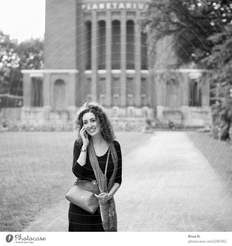 Schön, dich zu hören... II Frau Mensch Jugendliche schön Sommer Wiese feminin sprechen Glück Park Erwachsene Hamburg Telefon Fröhlichkeit Kommunizieren