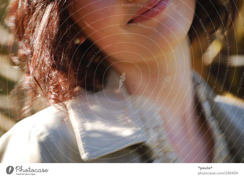 Zauberlächeln Mensch Jugendliche schön Freude Erwachsene feminin grau Bewegung Kopf Glück braun Mund frei ästhetisch leuchten Bekleidung