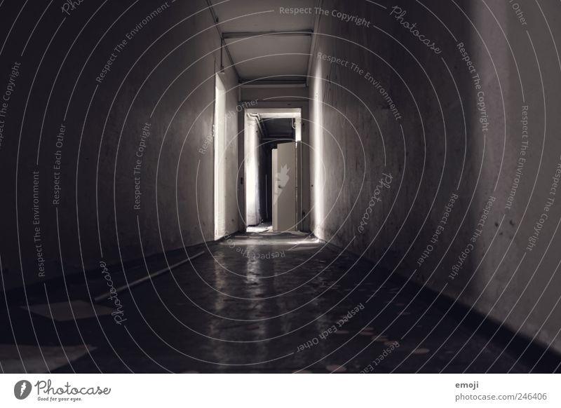 Psychatrie Haus Mauer Wand Tür außergewöhnlich bedrohlich dunkel gruselig kalt Flur HDR Gang Boden Unbewohnt Einsamkeit unbenutzt verloren Innenaufnahme