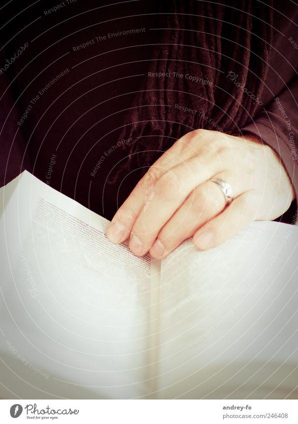 Vorleser. Hand braun Buch Finger lernen Studium lesen Zeitung Ring Buchseite Wissen Fingernagel Schal Text Bibliothek Leser