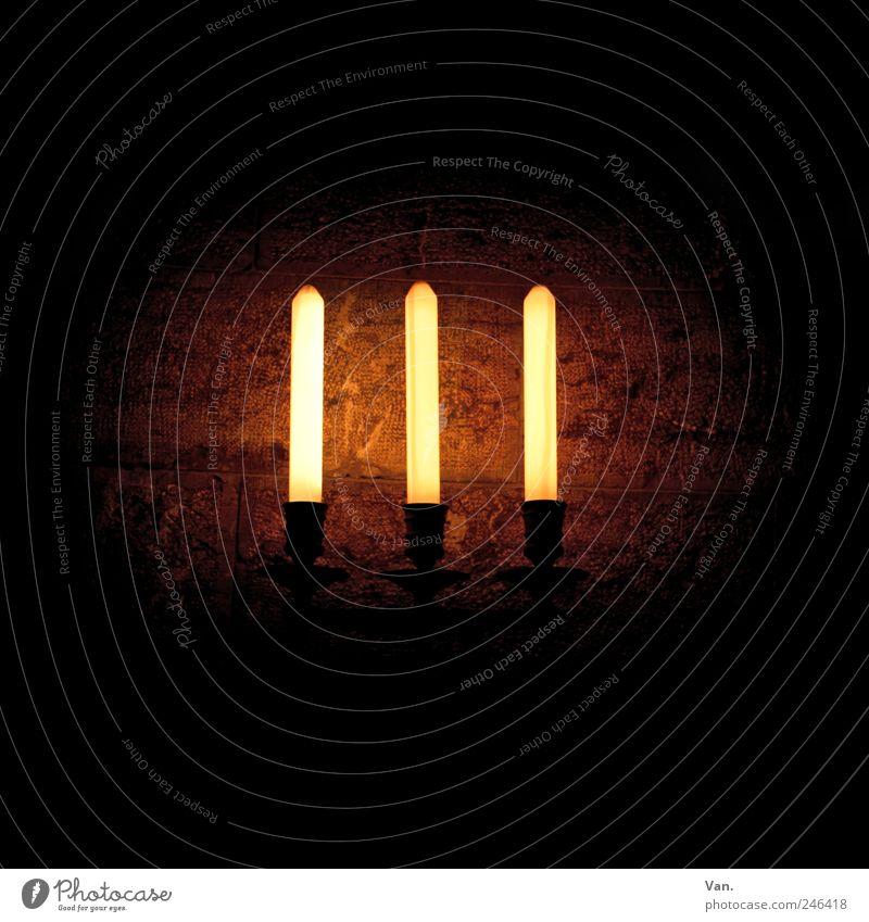 III Lampe Wandleuchte Tunnel Mauer Kerze dunkel gelb rot schwarz Keller Farbfoto Innenaufnahme Nahaufnahme Menschenleer Textfreiraum oben Textfreiraum unten