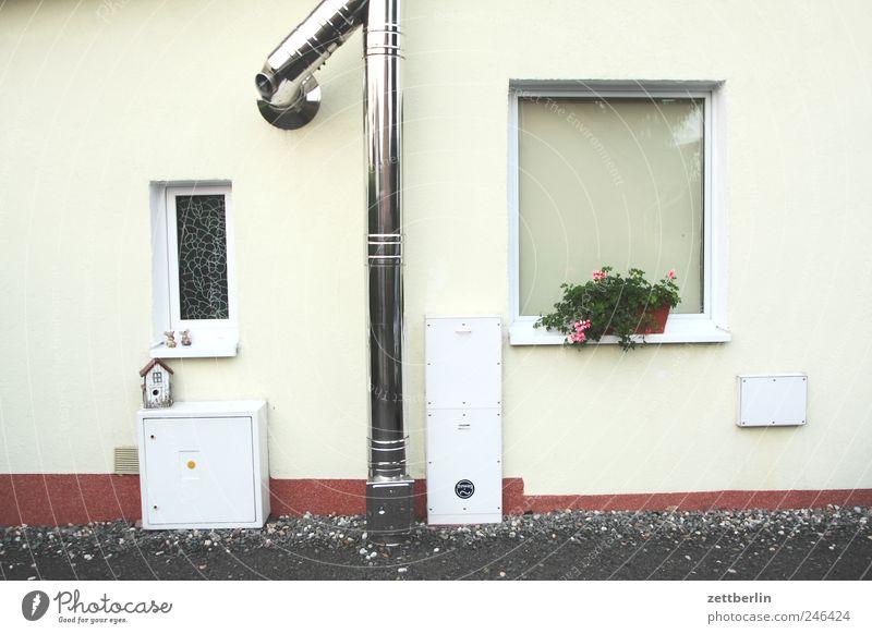 Ein Rohr, zwei Fenster, drei Kästen Haus Wand Mauer Gebäude Bauwerk Dorf Hütte Heizung Einfamilienhaus Kleinstadt Lüftung vernünftig