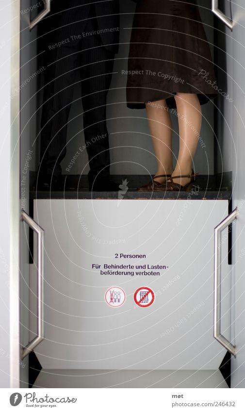 Rauf und runter Frau Mensch Mann Erwachsene feminin Bewegung Beine Paar maskulin stehen fahren 18-30 Jahre Partner Fahrstuhl Junge Frau Perspektive