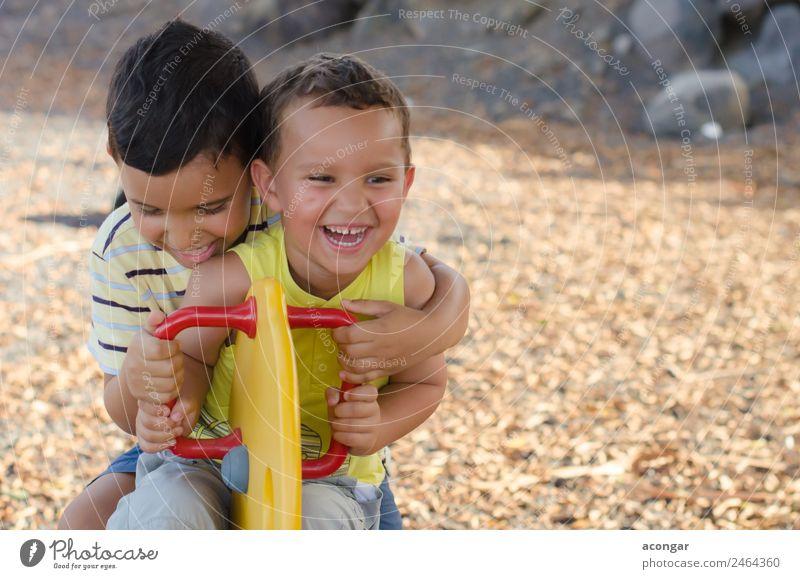 Kind Mensch Freude Lifestyle lustig lachen Glück Spielen Freundschaft maskulin Kindheit Lächeln Abenteuer genießen horizontal Spielplatz