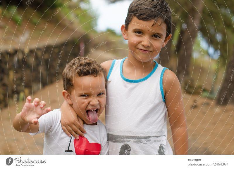 Glückliche und lustige Brüder Lifestyle Freude Kind maskulin Junge Geschwister Freundschaft 2 Mensch genießen Lächeln Liebe Fröhlichkeit Feindseligkeit Kindheit