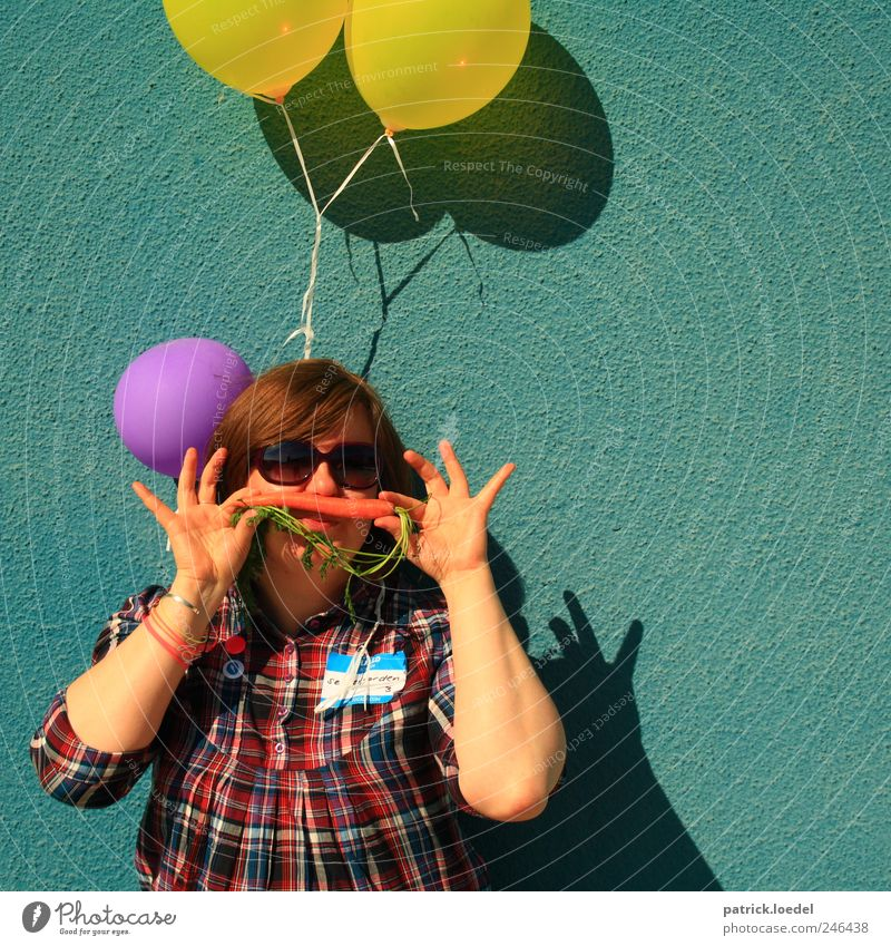 und find es wunderbar... / La Charmanvier Frau Mensch Freude gelb feminin Erwachsene Feste & Feiern Geburtstag Luftballon Körperhaltung Gemüse türkis skurril Sonnenbrille gestellt Möhre