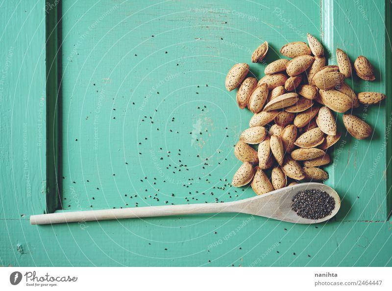 Holzhintergrund mit Mandeln und Chiasamen Lebensmittel Kräuter & Gewürze Saatgut roh Ernährung Bioprodukte Vegetarische Ernährung Diät Löffel Gesunde Ernährung