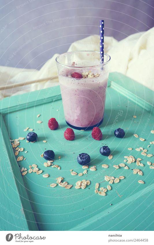 Köstlicher Smoothie aus Beeren und Haferflocken Frucht Getreide Ernährung Frühstück Bioprodukte Vegetarische Ernährung Getränk Erfrischungsgetränk Saft Milch