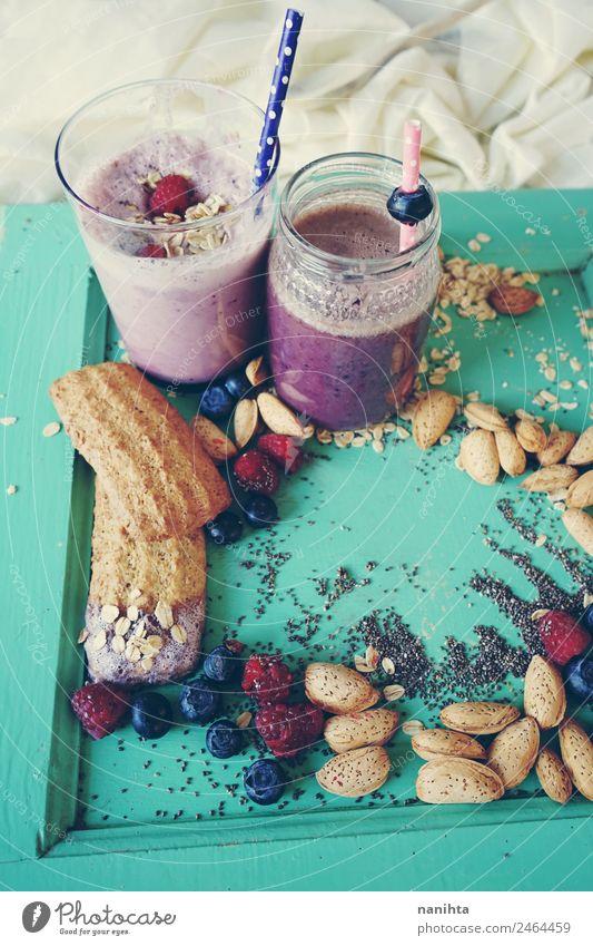 Gesundes Frühstück mit Smoothies, Beeren und Getreide Lebensmittel Frucht Teigwaren Backwaren Himbeeren Blaubeeren Mandel Chia Haferflocken Plätzchen
