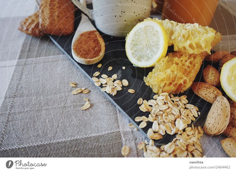 Gesundes Frühstück gegen Erkältung Lebensmittel Frucht Getreide Teigwaren Backwaren Kräuter & Gewürze Zimt Zitrone Mandel Hafer Haferflocken Honig Wabe