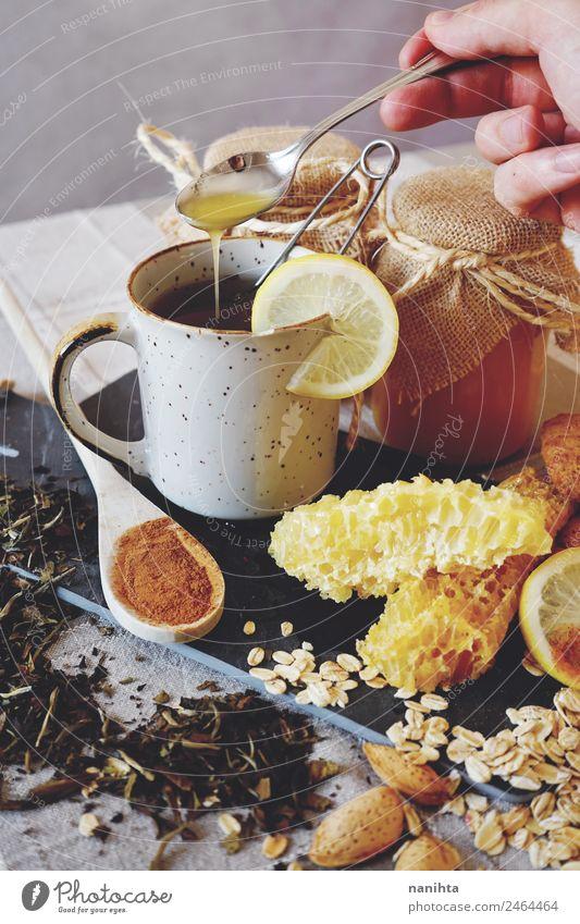 Natürliche Medizin gegen Erkältung Lebensmittel Zitrone Honig Wabe Zimt Hafer Mandel Ernährung Frühstück Bioprodukte Vegetarische Ernährung Getränk Heißgetränk