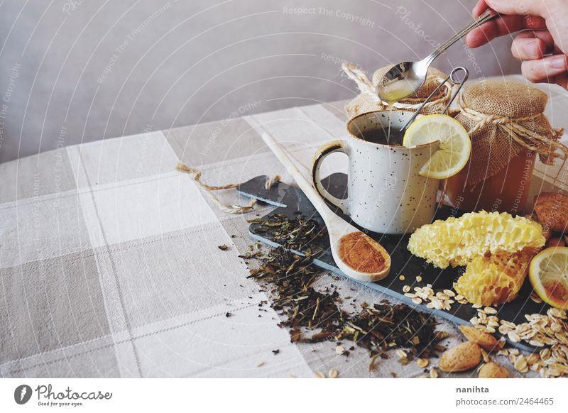 Gesundes Frühstück gegen Erkältung Getreide Kräuter & Gewürze Mandel Honig Bienenwaben Zimt Zitrone Hafer Haferflocken Getränk Heißgetränk Tee Tasse Löffel