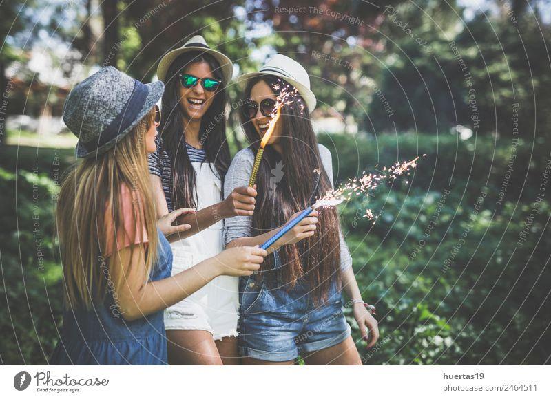 Drei junge und hübsche Mädchen im Park. Lifestyle Stil Design Freude Entertainment Tanzen Feste & Feiern Mensch feminin Junge Frau Jugendliche Freundschaft