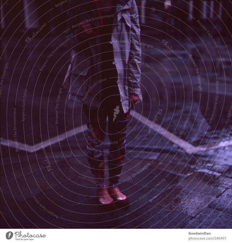 kalt. Mensch Frau Jugendliche Erwachsene Gefühle Stimmung Schuhe warten stehen Bekleidung festhalten Junge Frau Jacke frieren atmen Strumpfhose