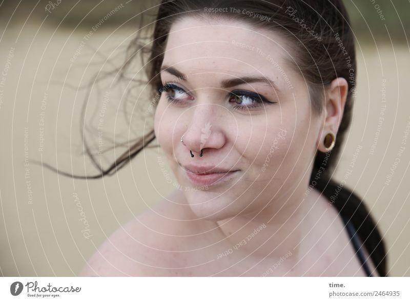 Lique feminin Frau Erwachsene 1 Mensch Piercing Ohrringe brünett langhaarig beobachten Blick warten schön natürlich Zufriedenheit selbstbewußt Willensstärke